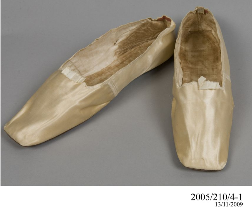 2005/210/4 Wedding slipper shoes (pair), womens, silk / leather / cardboard, by Walter & Co, London, England, worn by Agnes Thompson, Bathurst, New South Wales, Australia, 1833. Click to enlarge.