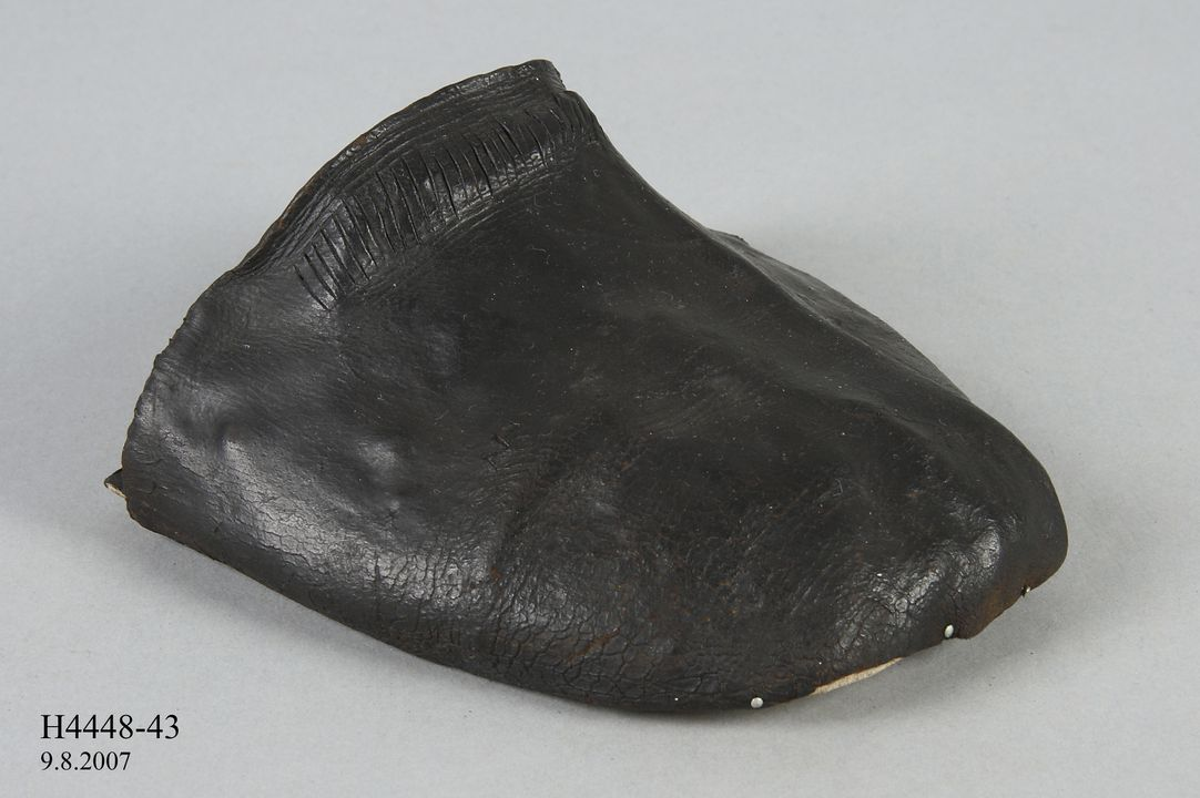 H4448-43 Shoe component (vamp), adults, leather, maker unknown, England, 1580-1599. Click to enlarge.