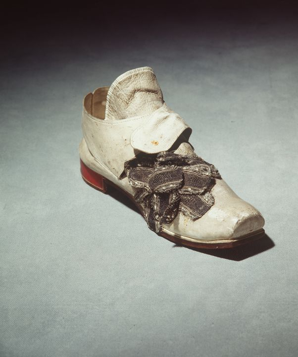 H4448-9 Buckle shoe with buckle, part of Joseph Box collection, mens, leather / silver / steel / metal, maker unknown, England, c. 1761. Click to enlarge.