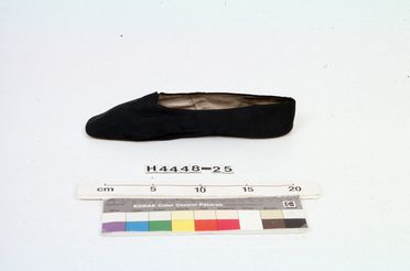 H4448-25 Slip on shoe, part of Joseph Box collection, womens, left foot, silk / linen / leather, by Gundry & Sons, London, England, 1835-1840
