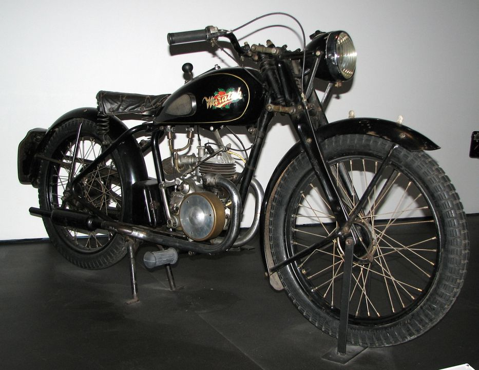 86/1827 Motorcycle, Waratah, 125 cc, engine No. 580/31457, frame No. AU/2517, metal / rubber / plastic / glass / leather, possibly made in England, distributed by P. and R. Williams, Sydney, New South Wales, Australia, 1948. Click to enlarge.