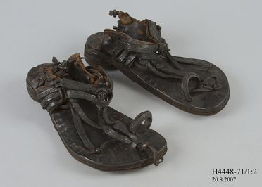 H4448-71 Sandals, pair, mens, leather / copper, maker unknown, Southern India, mid nineteenth century