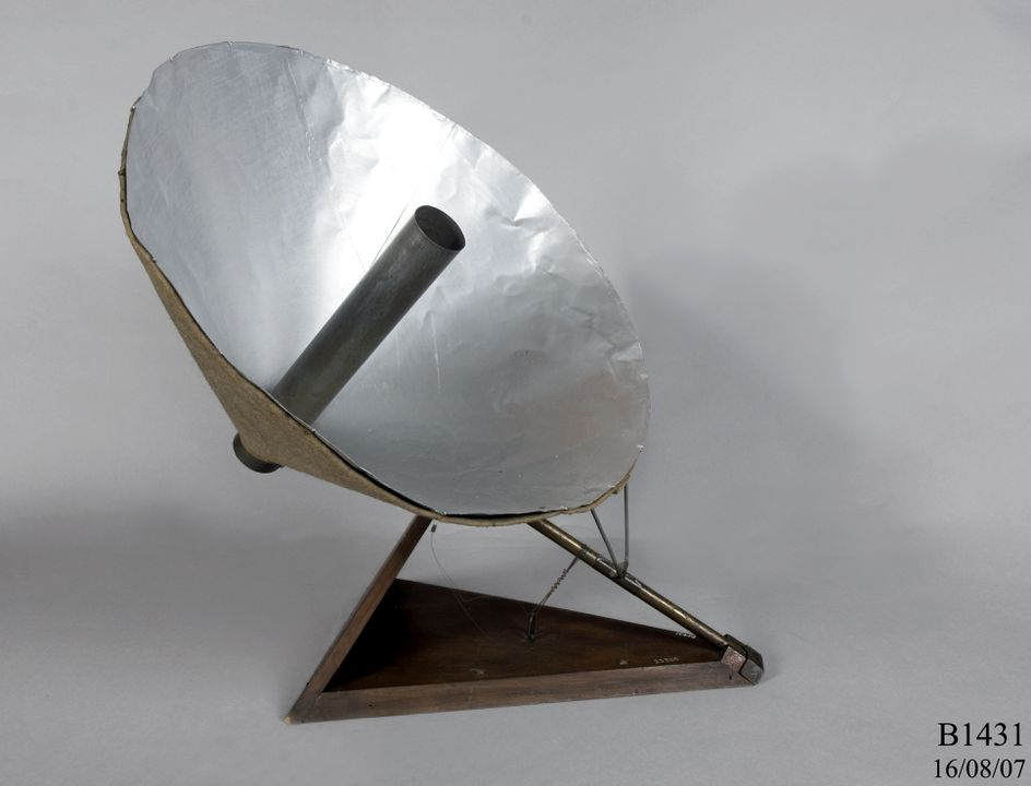 B1431 Solar heater model, wood / metal / felt, made by Lawrence Hargrave, Woollahra Point, New South Wales, Australia, 1907-1912. Click to enlarge.