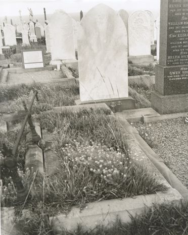P2903-1/20 Photographic print, black and white, Lawrence Hargrave's grave at Waverley Cemetery, Waverley, New South Wales, c1977