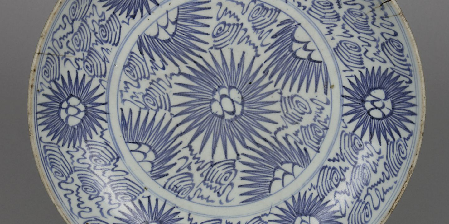 A2453 Plate, export ware, porcelain, maker unknown, made in China, late Ming Dynasty, 1368-1644 or early Qing Dynasty, 1644-1911. Click to enlarge.
