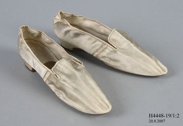 H4448-19 Slip on shoes (2), with labels (3), part of Joseph Box collection, girls, unmatched left and right, silk satin / linen / leather / paper, by Gundry & Sons, London, England, c. 1840