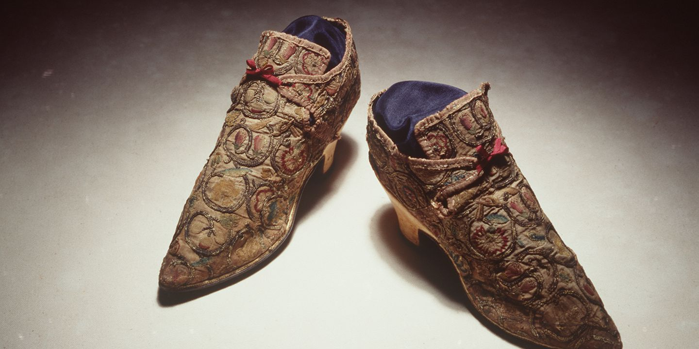 H4448-7 Laced shoes, pair, womens, embroidered linen / leather / silk / silver, and labels, paper, maker unknown, England, c. [1710]. Click to enlarge.