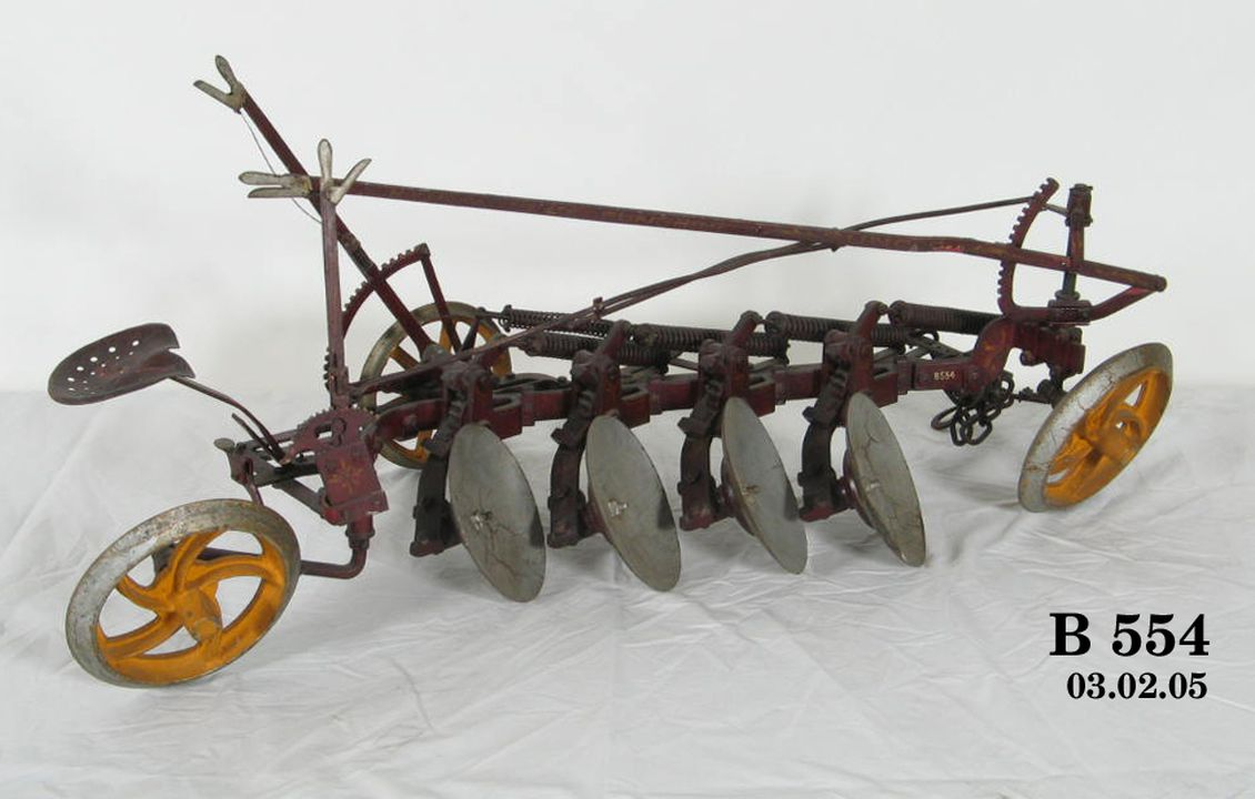 B554 Model, four-furrow disc stump jump plough, horse-drawn, 'Suncog', steel, made by H V Mckay Pty Ltd, Sunshine, Victoria, Australia, 1920-1929.. Click to enlarge.