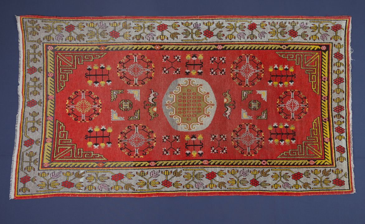 94/42/2 Rug, knotted pile, wool / cotton, Khotan, Xinjiang, China (formerly East Turkestan), 1920 - 1950. Click to enlarge.