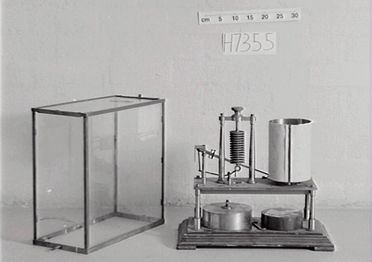 H7355 Barograph, recording aneroid barometer driven by clockwork, serial number 53043, in case, metal / paper / wood / glass, made by Richard Freres, Paris, France, 1882-1891, used at Sydney Observatory, 1882-1922, and by Bureau of Meteorology, 1922-1960