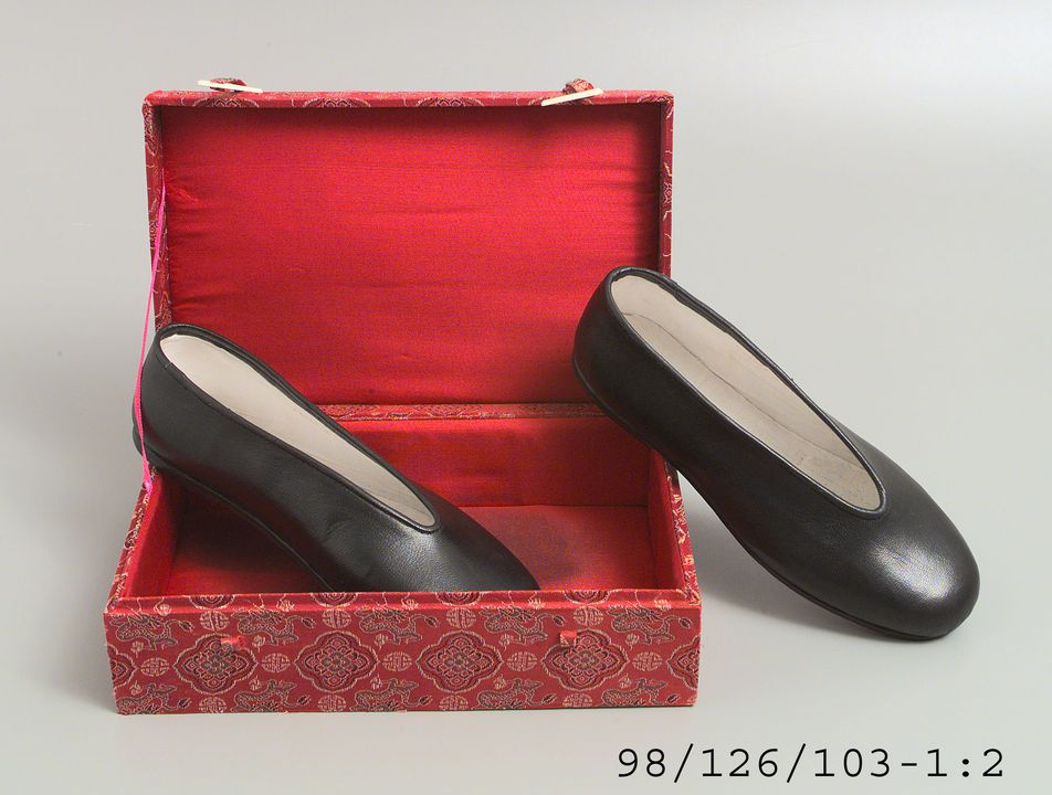98/126/103 Shoes in presentation box, pair, mens, leather / textile / ivory, Wang Wenlin / Neiliansheng, Beijing, China, 1990-1996. Click to enlarge.
