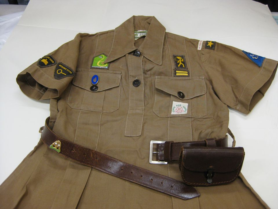 Brownie uniform with pouch, belt and badges - MAAS Collection