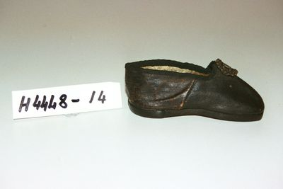 H4448-14 Slip on shoe, childs, with buckle, leather / brass, maker unknown, England, c1840-1849