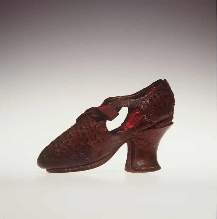 H4448-3 Tie shoe, womens, leather / silk, maker unknown, England, 1610-1620. Click to enlarge.