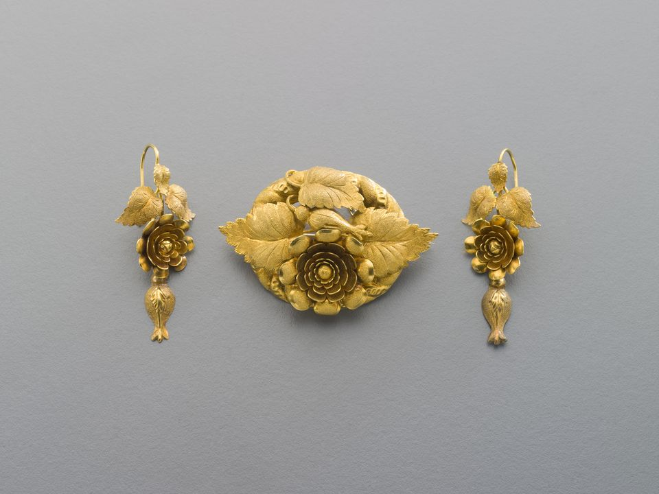 2004/140/1 Demi-parure (brooch and earrings) and case, bloomed gold / paper / textile, made by J.M. Wendt, Adelaide, South Australia, Australia, 1860-1870. Click to enlarge.