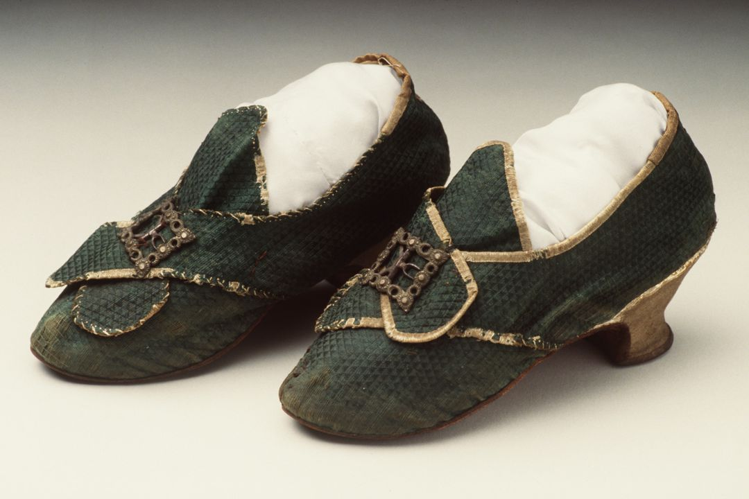 H4448-8 Buckle shoes (pair), part of Joseph Box collection, womens, silk / leather / wood / metal / paper, maker unknown, England, 1775-1780. Click to enlarge.