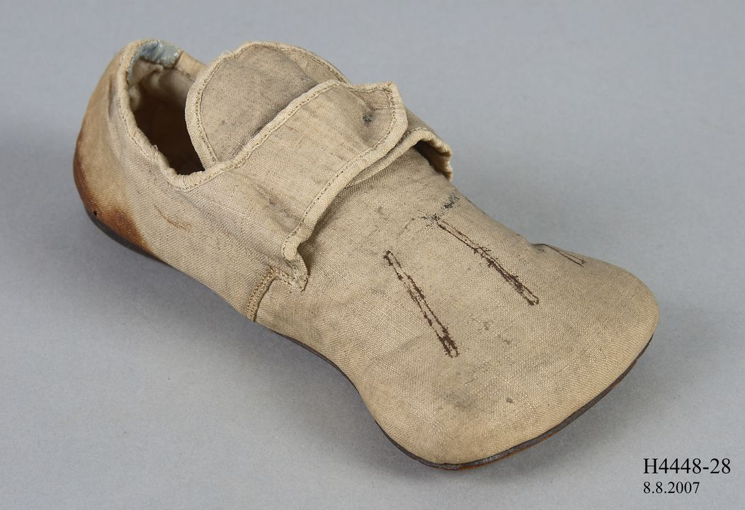 H4448-28 Shoe, sample, boys, imitation Tudor 'Rose', linen / leather, made by Gundry & Sons, London, England, c. 1846. Click to enlarge.