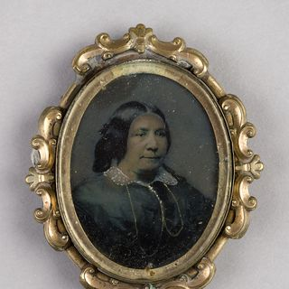 H5249-16 Brooch, painted ambrotype of a woman, collodion / paint / glass / wood / paper / metal / velvet, maker not recorded, location not recorded, 1855-1865