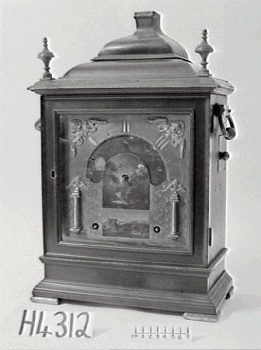 H4312 Night clock, revolving hour, in bell-top bracket case, by William Bayer, London, England, 1697. Click to enlarge.