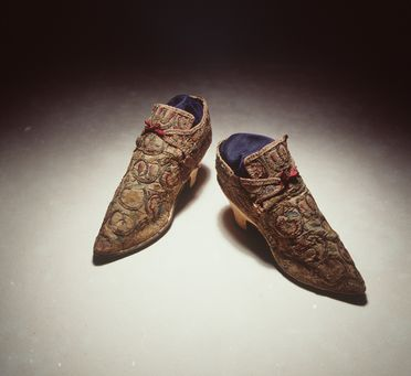 H4448-7 Laced shoes (pair), with labels (9), part of the Joseph Box collection, womens, linen / leather / silk / metal / paper, maker unknown, England, c. 1710