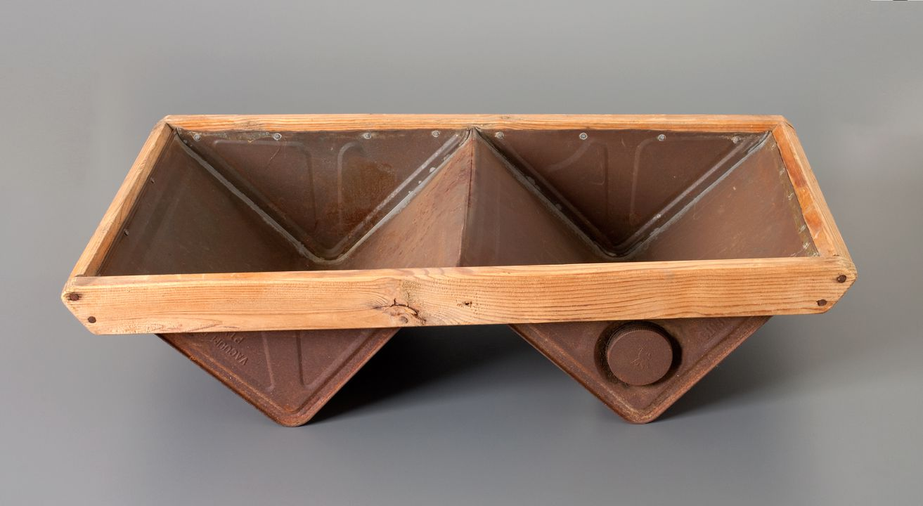 K1418 Tub, double dishwashing, home-made for use on camping trips, iron/tin/wood, Shearer family, Dungog, New South Wales, Australia, 1955-1975. Click to enlarge.