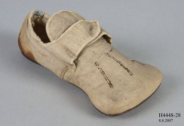 H4448-28 Shoe sample, part of Joseph Box collection, 'Tudor Rose' style, boys, fancy dress imitation 16th century, linen / leather, by Gundry & Sons, worn by Prince Arthur, London, England, c. 1846