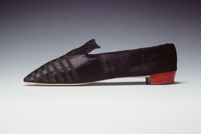 H4448-23 Tabbed shoe, womens, silk satin / leather / brass, maker unknown, made for the Duchess of Richmond, England, 1835-1845