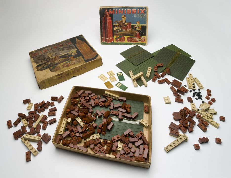 90/701 Toy, construction set, Minibrix, No.4 set, scale 1:48, trade name Premo Rubber Co Ltd, rubber / paper / cardboard, used by Lindsay Barton Brown, 1936-1940, made by I.T.S. Rubber Ltd, Petersfield, Hampshire, England, c. 1936. Click to enlarge.