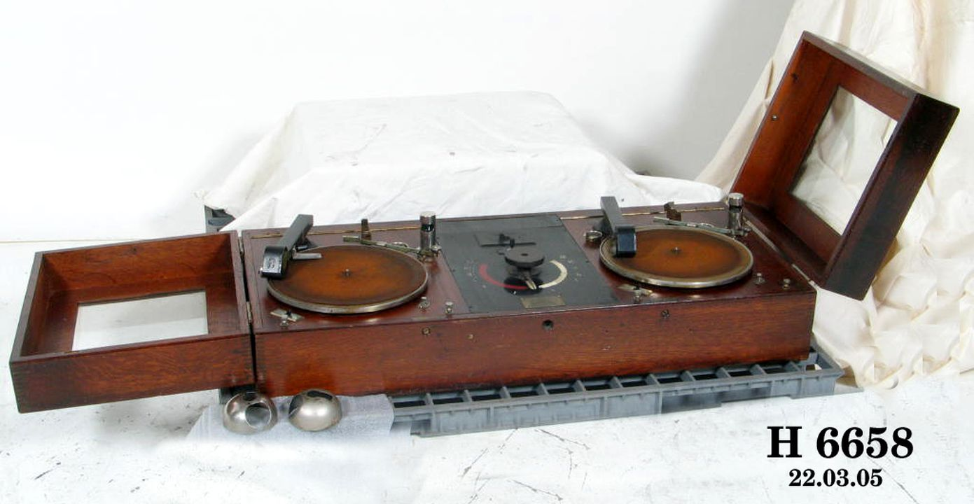H6658 Twin turntable, Western Electric model D-86850 Reproducer Set, timber / glass / electronic components, made by Western Electric, 1928. Click to enlarge.