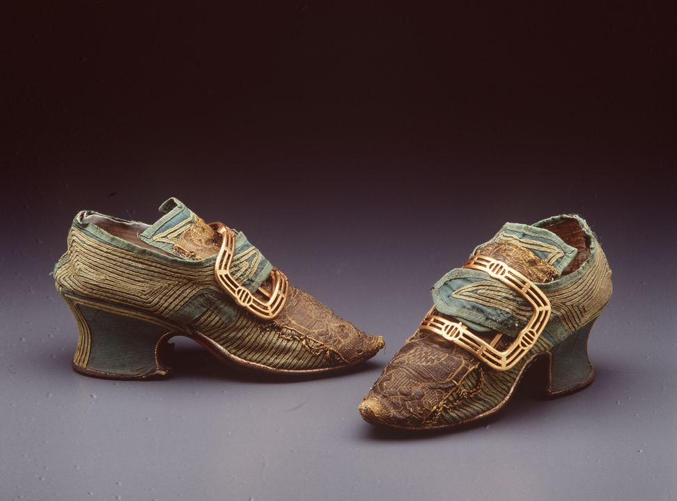 H4448-2 Buckle shoes (pair), with buckles (pair), part of the Joseph Box collection, womens, silk / leather / linen / metal, maker unknown, England, 1740-c. 1777. Click to enlarge.